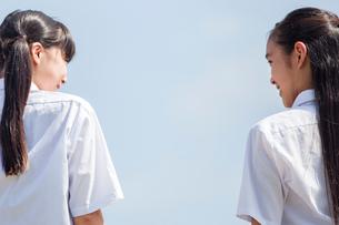 おしゃべりをする中学生の写真素材 [FYI01759395]
