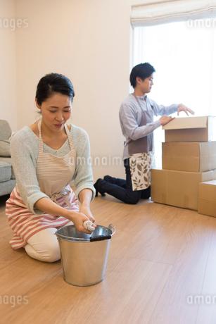 引越しの準備をする夫婦の写真素材 [FYI01759401]