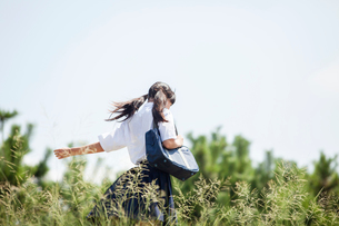 手を大きく振りながら歩く中学生の写真素材 [FYI01759417]
