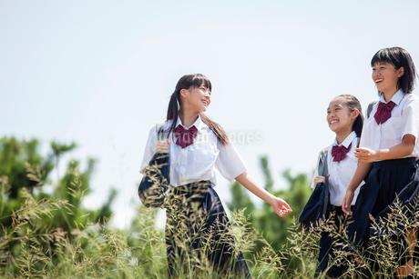 おしゃべりしながら歩く中学生の写真素材 [FYI01759422]