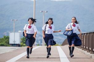 並んで走る中学生の写真素材 [FYI01759431]