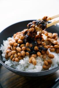 納豆とのり,鰹節まぜご飯の写真素材 [FYI01759440]