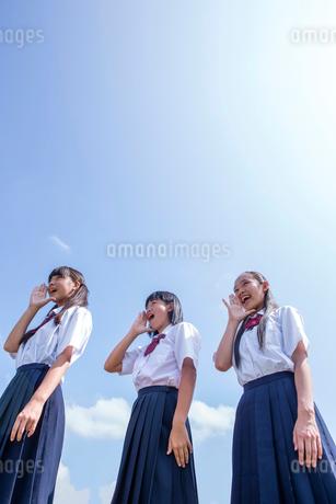 土手に立つ中学生の写真素材 [FYI01759462]