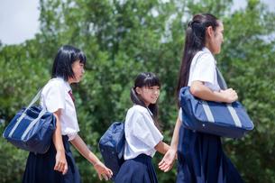 公園を歩く中学生の写真素材 [FYI01759475]
