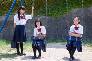 公園で話す中学生の写真素材 [FYI01759489]