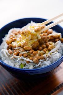 納豆,しらす,うずらの卵ご飯の写真素材 [FYI01759534]