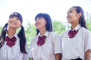 並んで上を見上げる立つ中学生の写真素材 [FYI01759540]