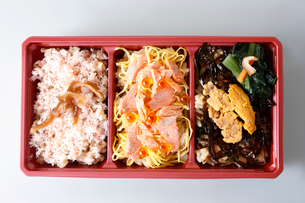 蟹、鮭、いくら、うにの海鮮弁当の写真素材 [FYI01759639]