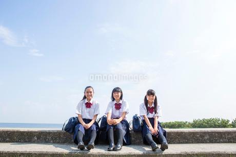 堤防で話す中学生の写真素材 [FYI01759657]