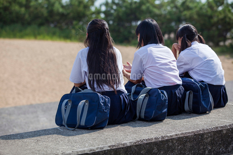 並んで座る中学生の写真素材 [FYI01759670]