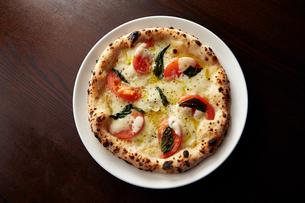 モッツァレラチーズとトマトピッツァの写真素材 [FYI01759678]