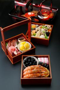 お節料理(黒バック)の写真素材 [FYI01759697]