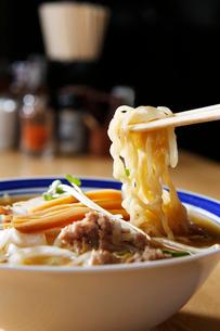札幌味噌ラーメンの麺のイメージ写真の写真素材 [FYI01759722]