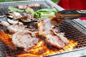 ジンギスカンの炭火焼の写真素材 [FYI01759729]