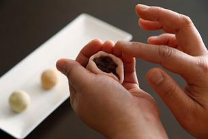 和菓子を作っている工程写真の写真素材 [FYI01759765]