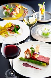 フランス料理コースイメージワインで乾杯の写真素材 [FYI01759813]