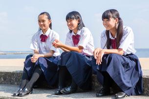 堤防で話す中学生の写真素材 [FYI01759842]