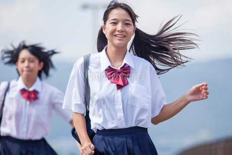 並んで走る中学生の写真素材 [FYI01759853]