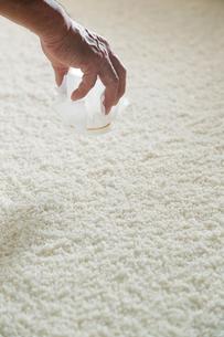 日本酒作りの麹を混ぜる工程写真の写真素材 [FYI01759863]