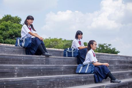 階段に座る中学生の写真素材 [FYI01759871]