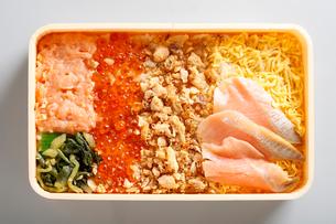 鮭と鳥の親子丼の写真素材 [FYI01759874]