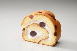 小豆入りロールケーキの写真素材 [FYI01759878]