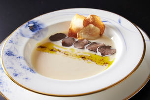 トリュフ入りスープの写真素材 [FYI01759908]
