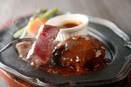 和牛のハンバーグとステーキの写真素材 [FYI01759928]