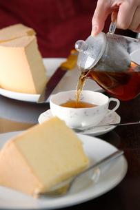 シフォンケーキと紅茶の写真素材 [FYI01759929]