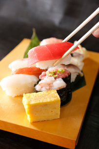 マグロの生寿司の写真素材 [FYI01759956]