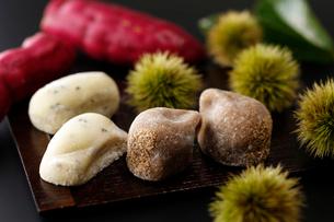栗とサツマイモの大福の写真素材 [FYI01759958]