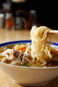 札幌味噌ラーメンの麺のイメージ写真の写真素材 [FYI01759962]