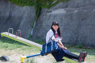 シーソーに座る中学生の写真素材 [FYI01759983]