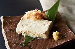 手作り豆腐と鰹節の写真素材 [FYI01760009]