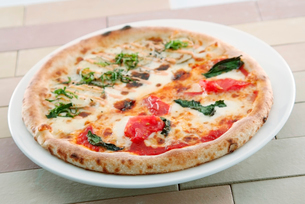 3種チーズとポテトとトマトのハーフ&ハーフの写真素材 [FYI01760030]