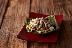 豆菓子(黒大豆 青大豆 落花生 えんどう豆 そら豆など)の写真素材 [FYI01760046]