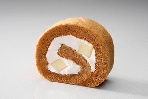 カラメルプリンのロールケーキの写真素材 [FYI01760068]
