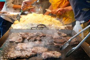 屋台のステーキと焼きソバの写真素材 [FYI01760129]