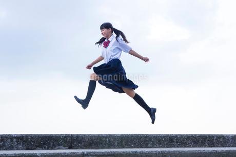ジャンプをする中学生の写真素材 [FYI01760131]