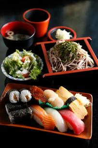 生寿司とソバの定食の写真素材 [FYI01760172]