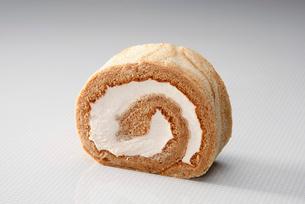 紅茶のロールケーキの写真素材 [FYI01760185]