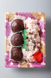 赤飯とおはぎセットの写真素材 [FYI01760214]