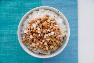 上から見た納豆と玉ねぎに鰹節を入れたご飯の写真素材 [FYI01760226]