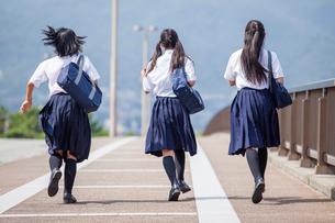 並んで走る中学生の写真素材 [FYI01760227]