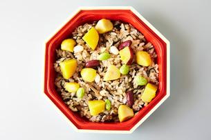 秋の栗とサツマイモ混ぜご飯弁当の写真素材 [FYI01760230]