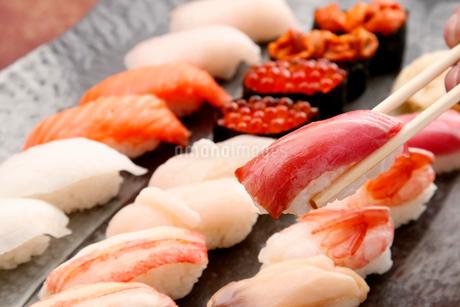 マグロ寿司のイメージの写真素材 [FYI01760234]