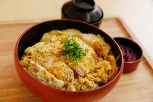 カツ丼定食の写真素材 [FYI01760301]