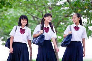 並んで歩く中学生の写真素材 [FYI01760325]
