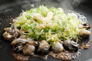 牡蠣とねぎのバター焼きの写真素材 [FYI01760371]