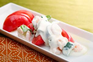 トマトとえびマヨサラダの写真素材 [FYI01760397]